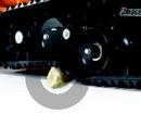 Due rulli di supporto basculanti fanno sì che i cingoli possano adattarsi perfettamente a qualsiasi superficie irregolare che la macchina deve affrontare.