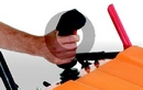 Un apposito pulsante sul joystick può essere azionato col dito indice proprio quando s'indietreggia. Il vantaggio significativo è che l'operatore può liberamente scegliere quando sollevare il gruppo fresa.