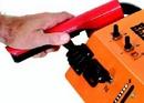 Un piccolo joystick elettrico è posizionato in modo da poter essere attivato semplicemente con il pollice sinistro. Tale comando serve a controllare altezza e brandeggio del gruppo fresa.
